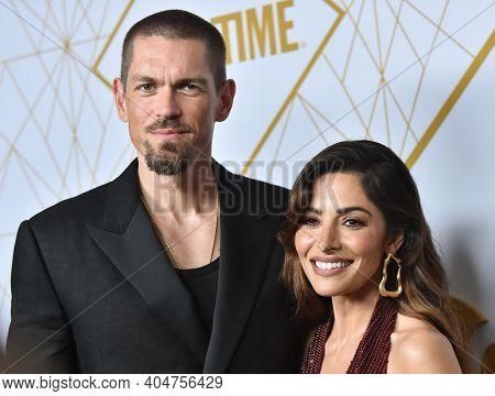 LOS ANGELES - SEP 21:  Steve Howey and Sarah Shahi arrives for Showtime Celebrates Emmy Eve on September 21, 2019 in West Hollywood, CA