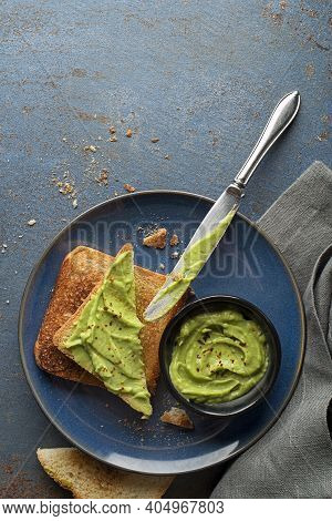 A Dish Of Mashed Avocado Mixed With Chopped Onion, Tomatoes, Chilli Peppers, And Seasoning