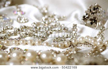 Beautiful jewelry costume jewelry made of white metal, the white fabric