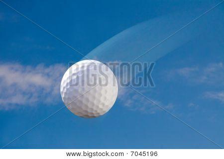 Bola de golfe no céu