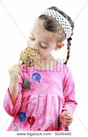 Kind einen Karamell Apfel essen