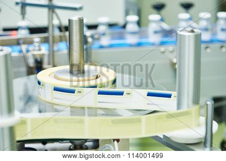 Lline conveyor for packaging ampoules in boxes