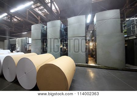 Rolls of paper and Roll 48-way offset printing machines in tipography