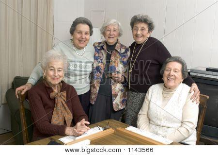 Senior Woman auf dem Spieltisch
