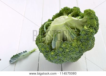 ?ead of fresh broccoli on a wooden background