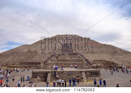 Teotihuacan, Mexico - 28 December 2015: Crowds Of People In Front Of Pyramid Of The Sun, Teotihuacan