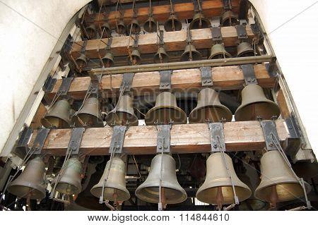 ?alling church bells.