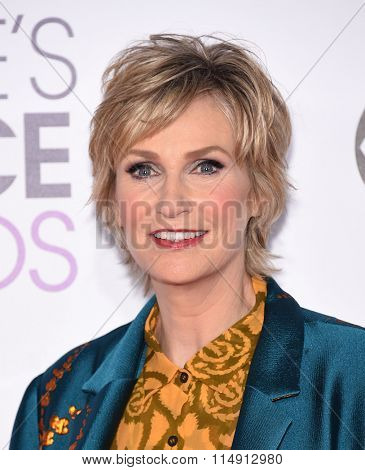 LOS ANGELES - JAN 06:  Jane Lynch arrives to the People's Choice Awards 2016  on January 06, 2016 in Hollywood, CA.