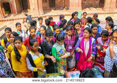 Fatehpur Sikri, India-november 9: Unidentified Girls Buy Cloth In The Courtyard Of Jama Masjid On No