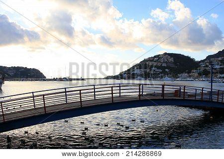 Fußgängerbrücke am Hafen von Port d'Andratx auf Mallorca