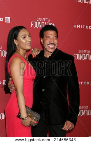 LOS ANGELES - NOV 9:  Lisa Parigi, Lionel Richie at the Patron of the Artists Awards 2017 at Wallis Annenberg Centeron November 9, 2017 in Beverly Hills, CA
