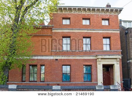 The former house and studio of the Pre-Raphaelite artist Frederick, Lord Leighton (1830-1896) in Holland Park, Kensington, London.  The highly original building is now preserved as an art museum. t-shirt