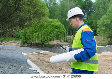 The Engineer Dials The Phone Number Of The Construction Sponsor To Approve The Change In The Project