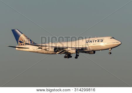 Sydney, Australia - October 9, 2013: United Airlines Boeing 747 Jumbo Jet Airliner On Approach To La