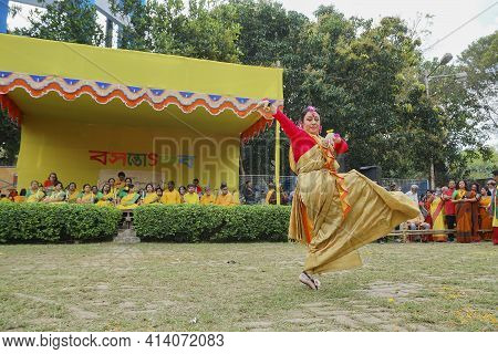 Kolkata, West Bengal, India - 9th March 2020 : Bengali Lady Dancer Dressed In Colorful Indian Dresse