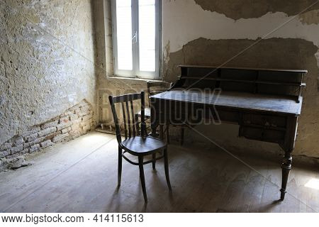 Po River (fe),  Italy - April 30, 2017: A Old Chair And Table In A Fisherman's Houses Inside On Po R