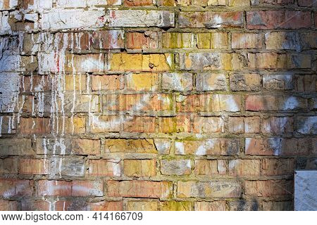 Old Brick Wall With Drips Of White Paint. Ragged Brick Wall. Grunge Texture Background, Vintage Dama
