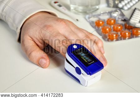 Medical Monitoring Device For Non-invasive Measurement Of Oxygen Saturation Level Human Finger Pulse