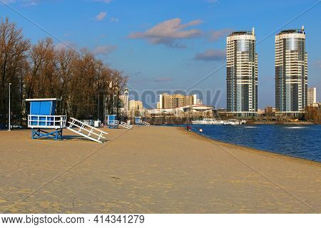 Kyiv, Ukraine-march 21, 2021:picturesque Landscape View Of Famous Public Venice Beach With Three Lif