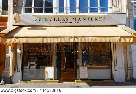 Paris, France-march 24 , 2021 : De Belles Manieres Is A Delicious Bakery Known For Cutting Its Bread