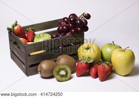 Bodegón En El Que Se Aprecian Distintas Frutas En Buen Estado