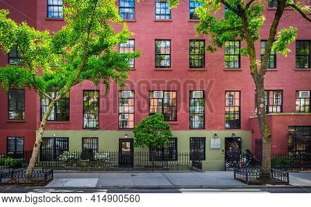 New York City, Usa, May 2019, View Of A Red Brick Buildings At The Street Level In The Chelsea Neigh
