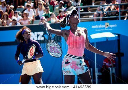 MELBOURNE - 22 janvier : Vénus (R) et Serena Williams des USA dans un match de double à l'Aust 2013