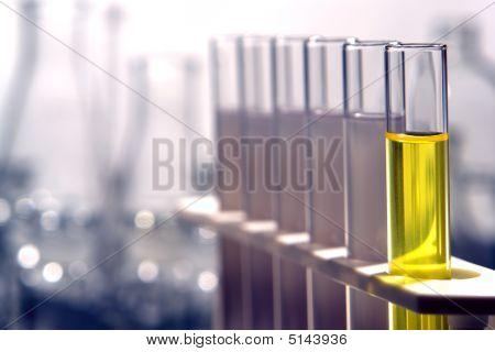 Tubos de ensayo en laboratorio de investigación de Ciencias