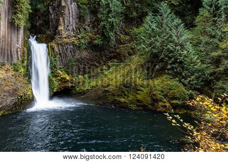 113 foot main falls, with 28 foot upper tier carved out of lava rock, leaving behind exposed columnar basalts makes Toketee falls one of the most famous waterfalls in Oregon
