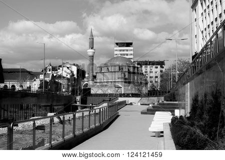 The Bania Bashi mosque in the centre.