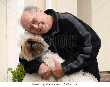Happy senior Mann und sein Hund