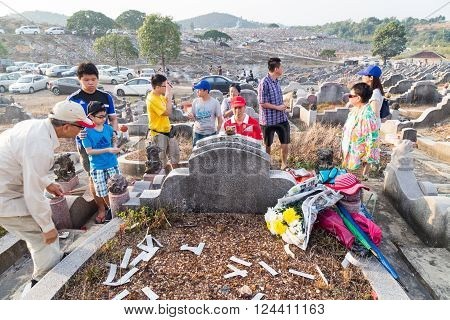 Kuala Lumpur, Malaysia, April 2, 2016: Chinese Descendants Cleaning Tomb And Offering Prayers To Anc