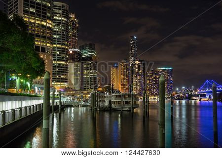 Path along the Brisbane River in the city of Brisbane