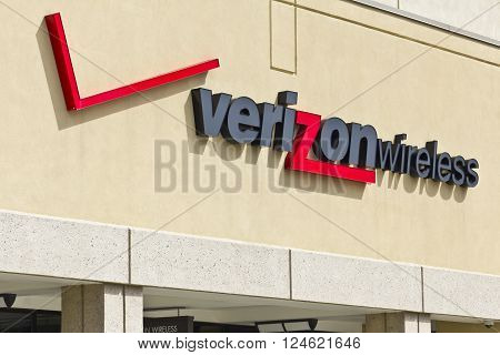 Indianapolis - Circa April 2016: Verizon Wireless Retail Location. Verizon is One of the Largest Communication Technology Companies I