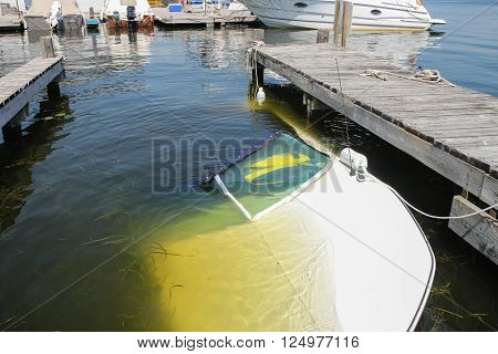 A boat sunk at the dock where it was moored; the owner forgot to install the drain plug...