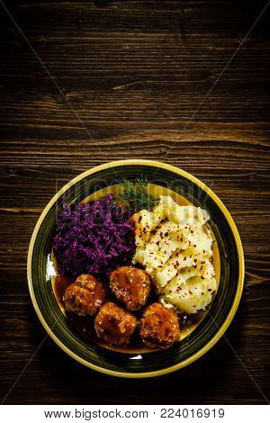 Roasted meatballs, mashed potatoes and vegetables