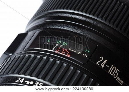 lens distances window of a professional lens 24-105 mm closeup