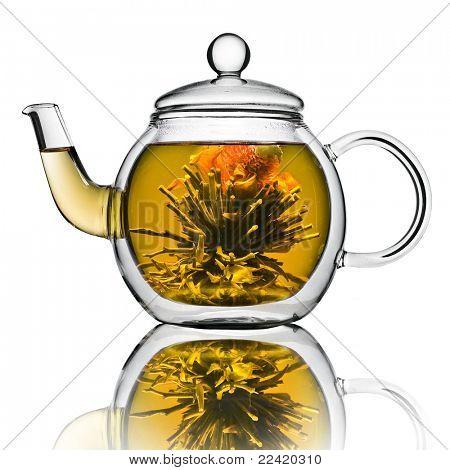 ein Glas-Teekanne mit Blume chinesischen Tee isolated on a white background