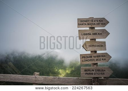 On the hikingtrail was a signpost at the top of the mountain