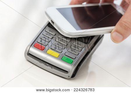 Contactless payment with mobile phone on a payment terminal