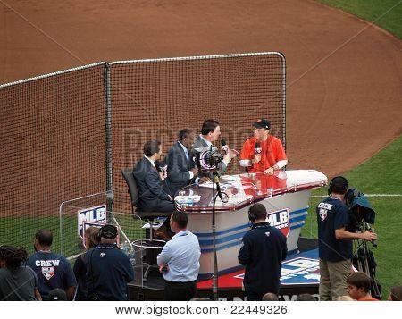 Rede de MLB Crew Entrevista Rob Schneider no campo antes do início do jogo