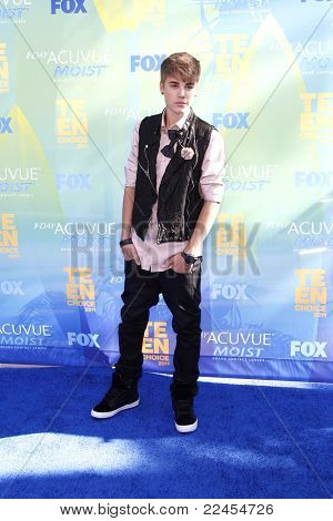 LOS ANGELES - AUG 7: Justin Bieber arrives at the 2011 Teen Choice Awards held at Gibson Amphitheatre on August 7, 2011 in Los Angeles, California