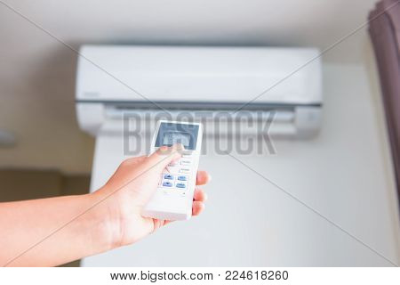 Split type air conditioner and remote controller