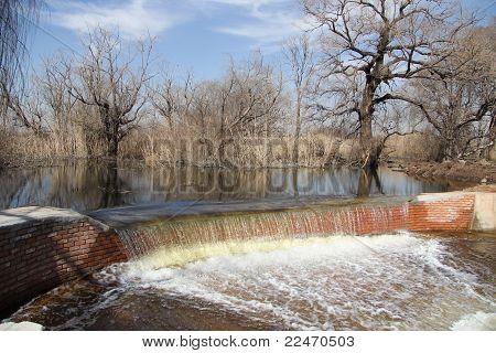 Overflowing dam
