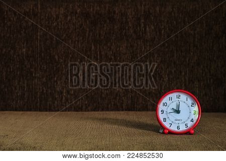 It's ten o'clock.The time is 10:00 am or pm