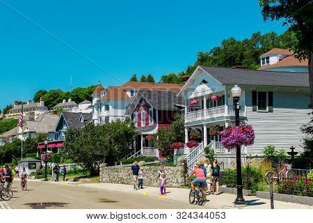 Mackinac Island Mi /usa - July 9th 2016: Victorian House Lining The Streets Of Mackinac Island Near