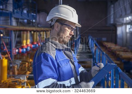 The Mechanic - The Repairman , Operator Production Gas, Oil, Gas Industry. Gas Conditioning Equipmen