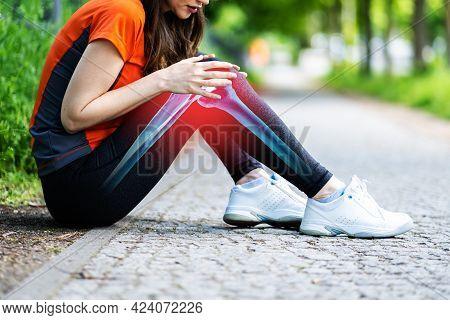 Female Jogger Having Pain In Her Knee