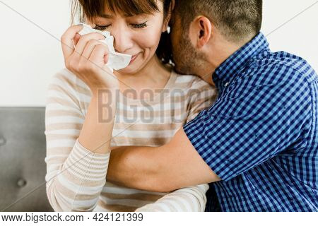 Man consoling a crying girlfriend
