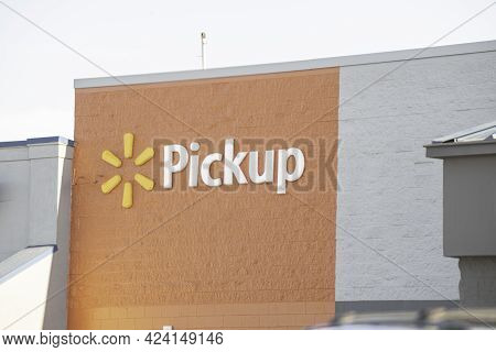 Vidalia, Georgia / Usa - May 6, 2021: The Signage Of Walmart\'s Pick-up Service On A Section Of Thei